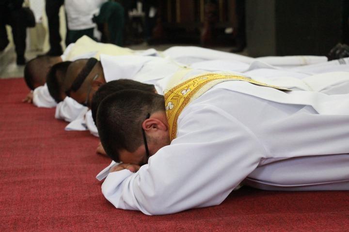 sacerdote-2076108_1280
